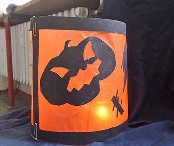 galeriebild_der-kinderkurs-baut-halloween-lampions