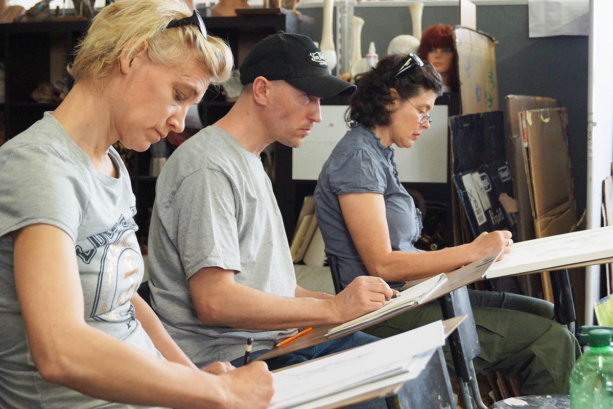 Konzentrierte Studenten am Zeichnen